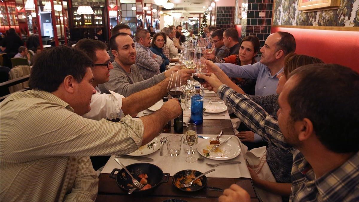 Tres chicos de San Clemente crean una empresa para poder irse juntos de cena de empresa la navidad que viene.